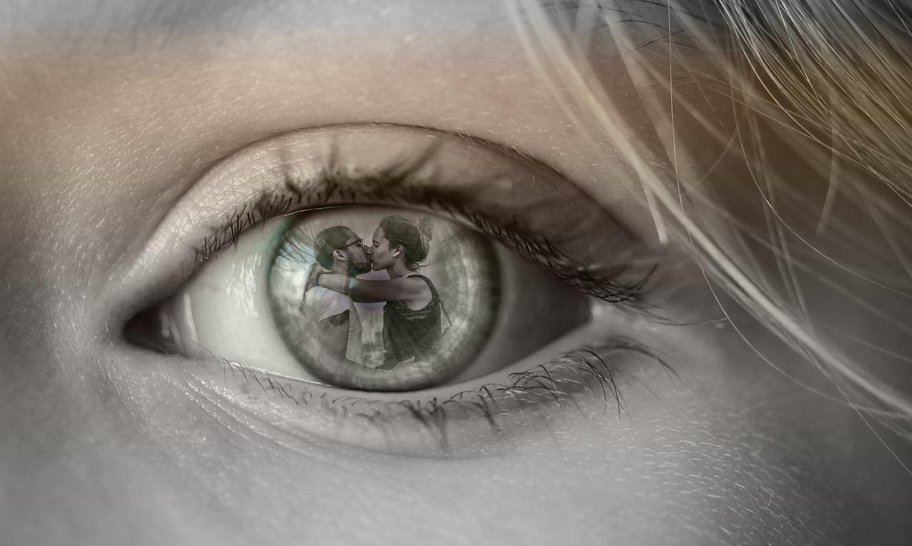 Hogyan szerezzek pasit? - női szem, benne egy csókolózó pár.