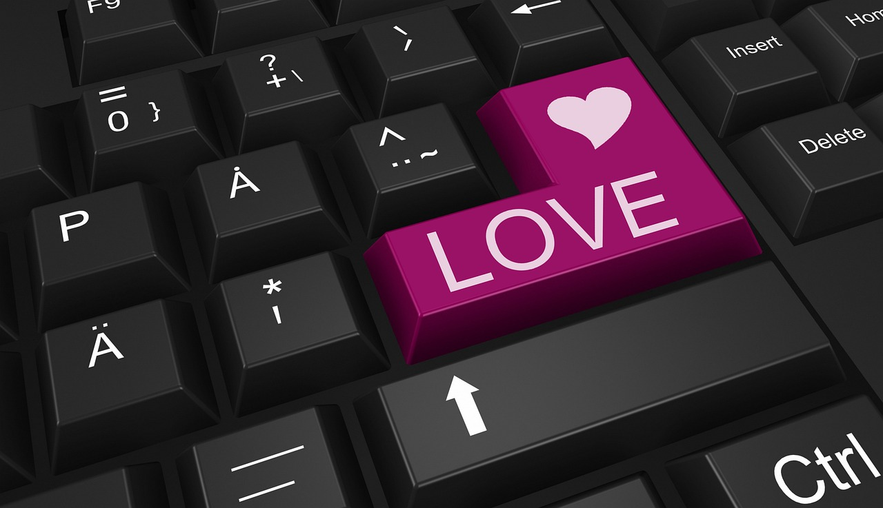Ismerkedés nőkkel, férfiakkal online; billentyűzet 'Love' felirattal.