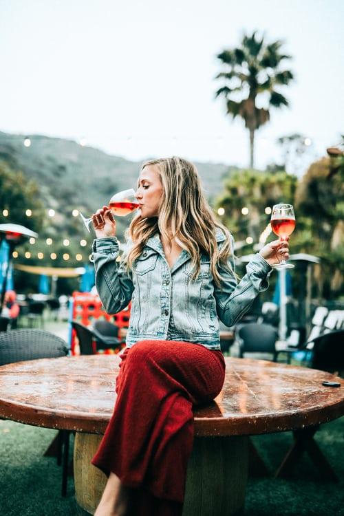 Van kedved ismerkedni egy pohár bor mellett?